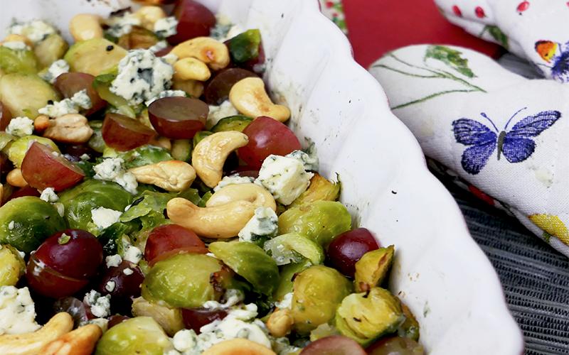 Geroosterde spruitjes met blauwe kaas en druiven